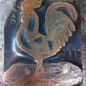 Das Galvano-Klischee für das Hahnenmotiv